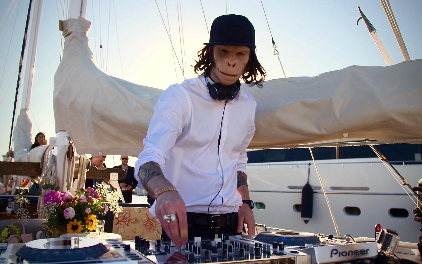 Ambassadeur Toyota : le DJ électro-synthpop Kid Noize en tournée avec le Toyota C-HR.