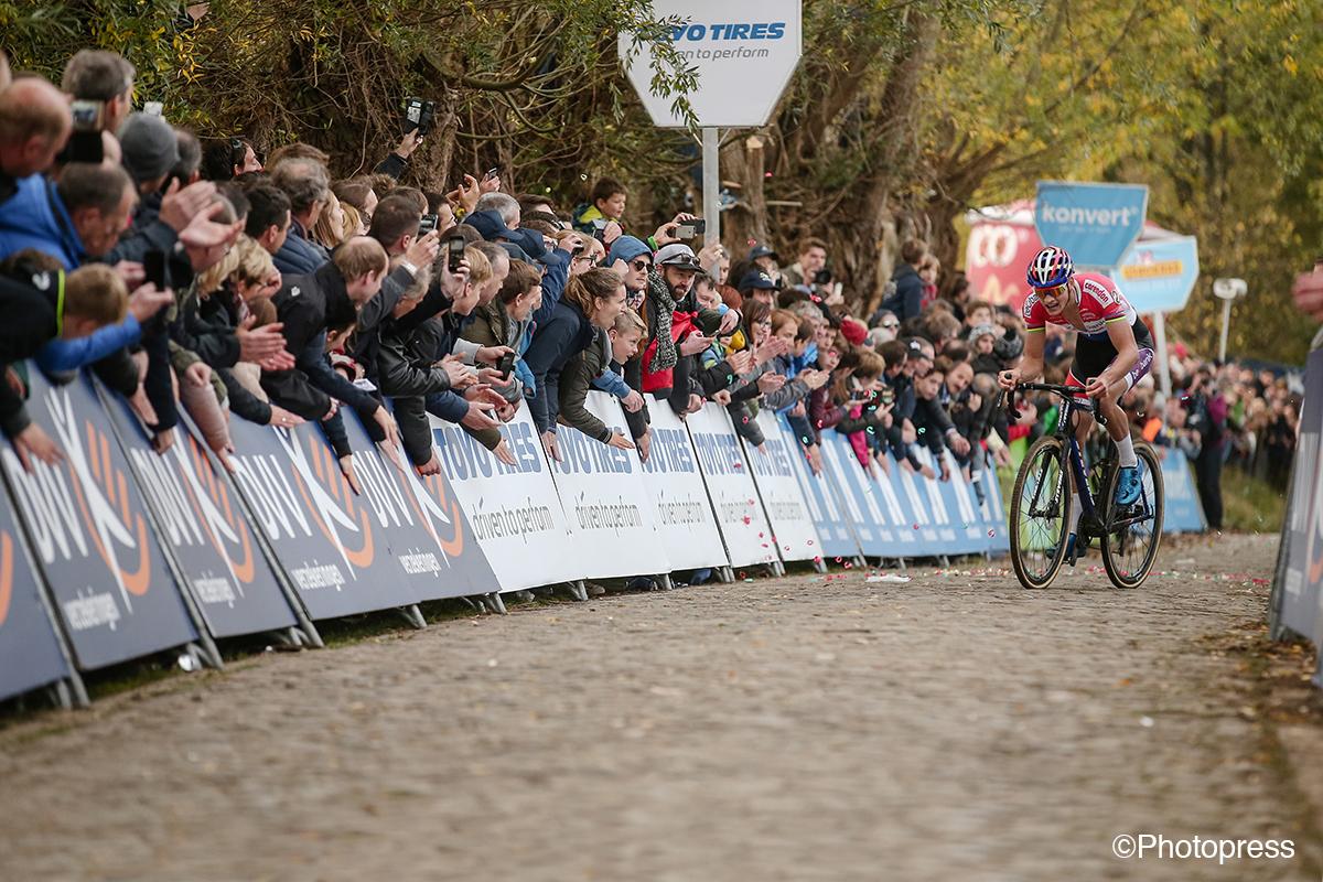 L'équipe de cyclo-cross Beobank-Corendon de Mathieu van der Poel a choisi la Toyota Avensis comme voiture d'équipe.