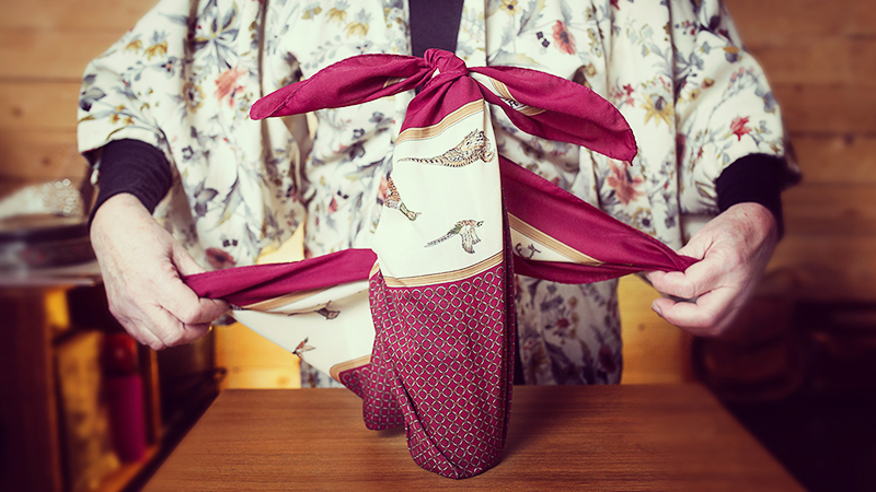 Newsletter Toyota : Origata est la technique japonaise de pliage du papier (ou tissu) d'emballage, modiste Lydie Valcke nous explique.