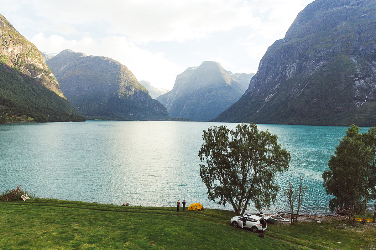 Johan Lolos, photographe belge amoureux de la splendeur brute de la Norvège, arpente le pays en Toyota RAV4 Hybride pour nous en révéler toute la beauté.