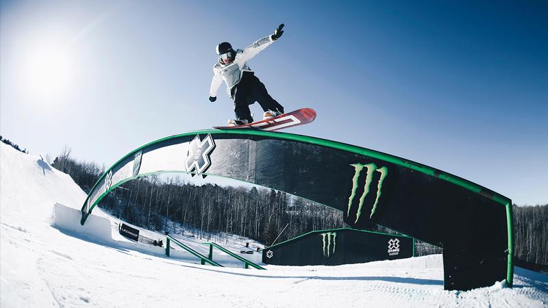 Olympisch snowboarder Sebbe De Buck stunt met de Toyota C-HR.