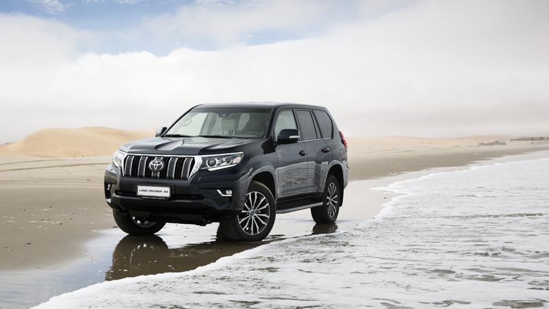 Xavier Daffe, hoofdredacteur van Le Moniteur Automobile, stelt de nieuwe Toyota Land Cruiser in Namibië op de proef.