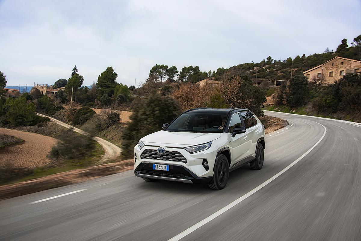 Quoi de plus facile que de rendre la planète nettement plus bleue ! Rouler en Toyota RAV4 Hybride faisant la part belle à la traction électrique rechargeable automatiquement en roulant. Et qui ne consomme pas de carburant !