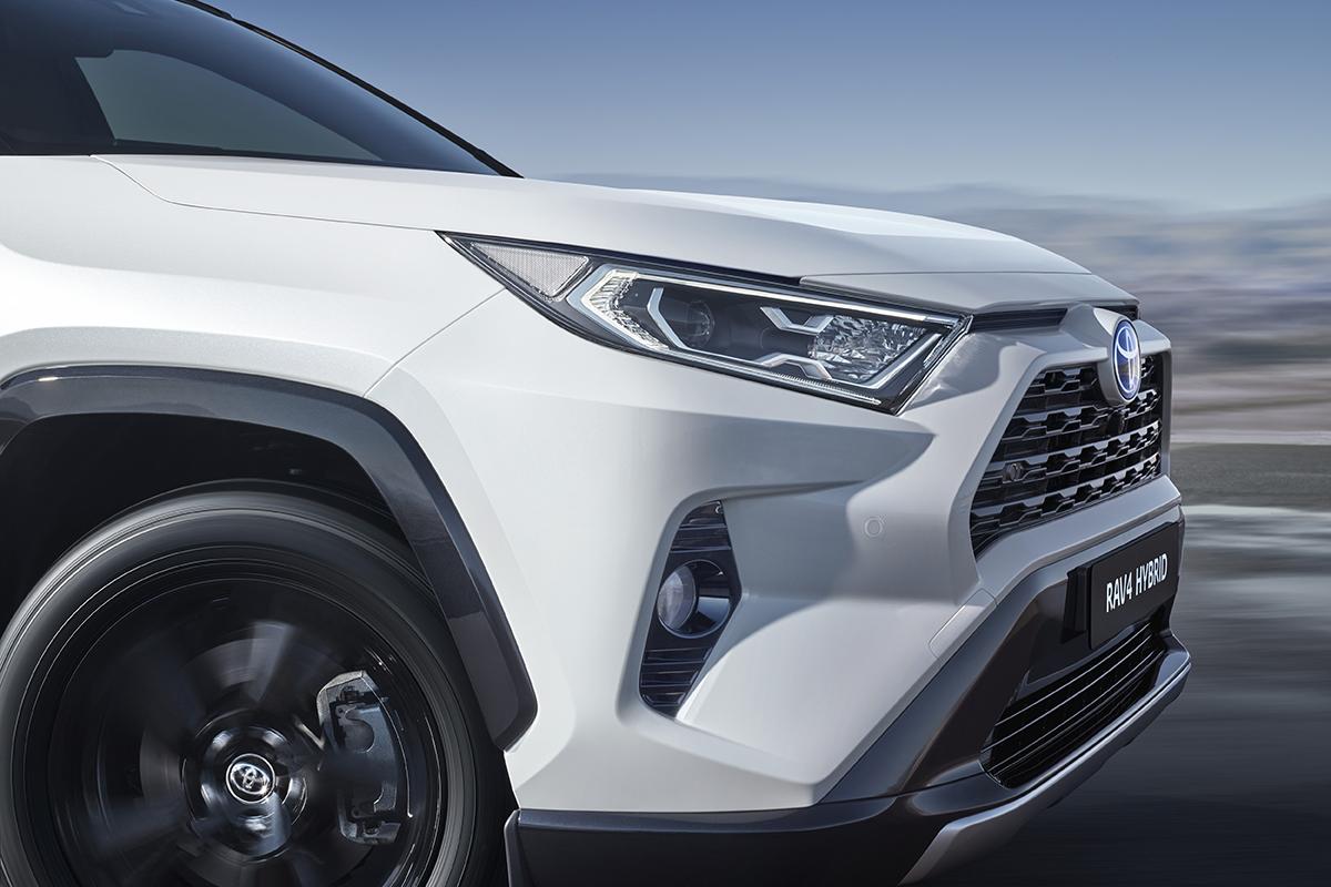 De Toyota RAV4 Hybride heeft een elektrische aandrijflijn die automatisch oplaadt tijdens het rijden en ... geen brandstof verbruikt.